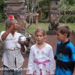 Indonésie Bali temple pretresse jumeaux