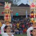 Indonésie Bali Ubud procession femmes offrandes