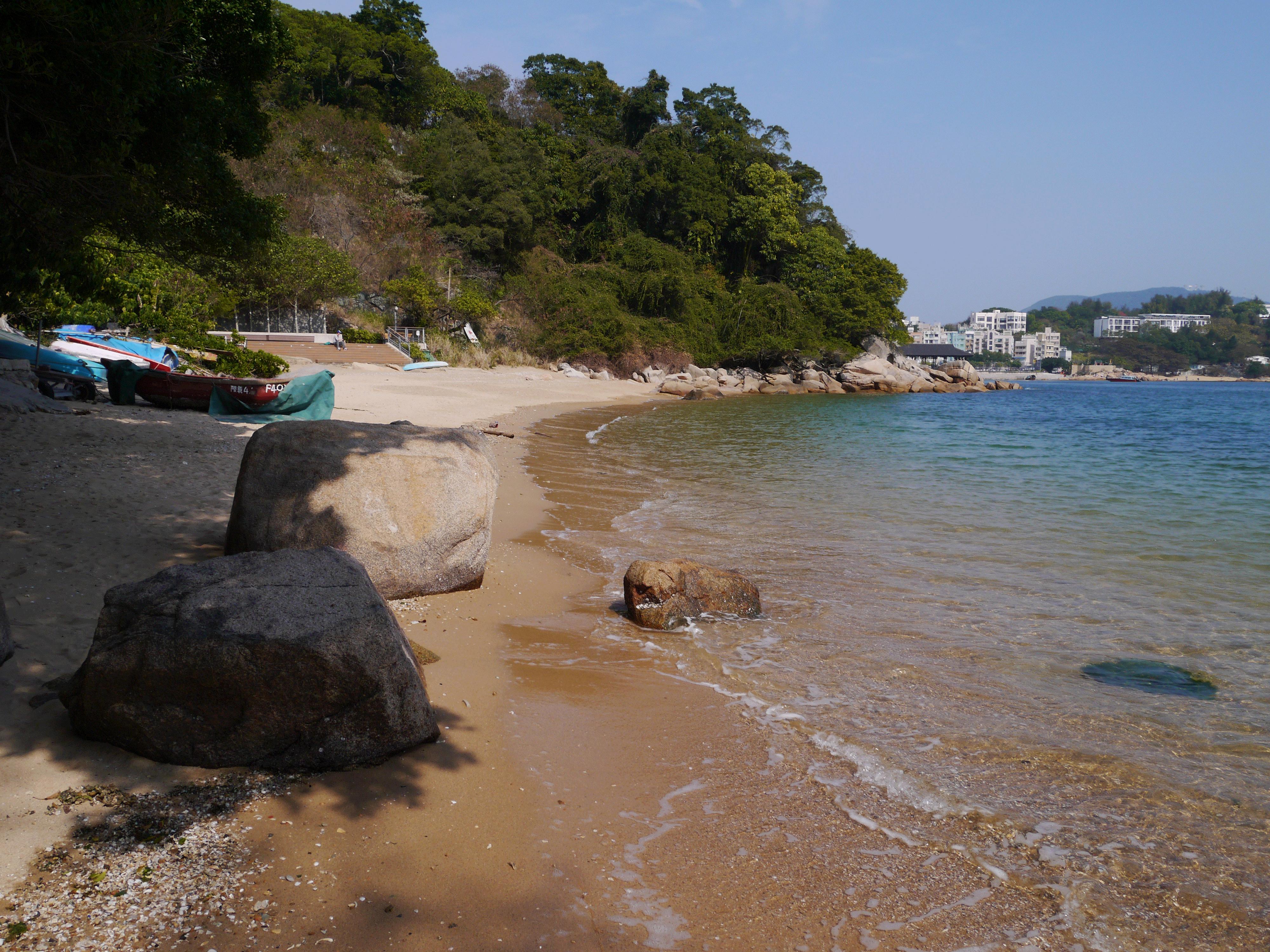 Une petite plage tranquille à l'arrière de l'île à Hong Kong