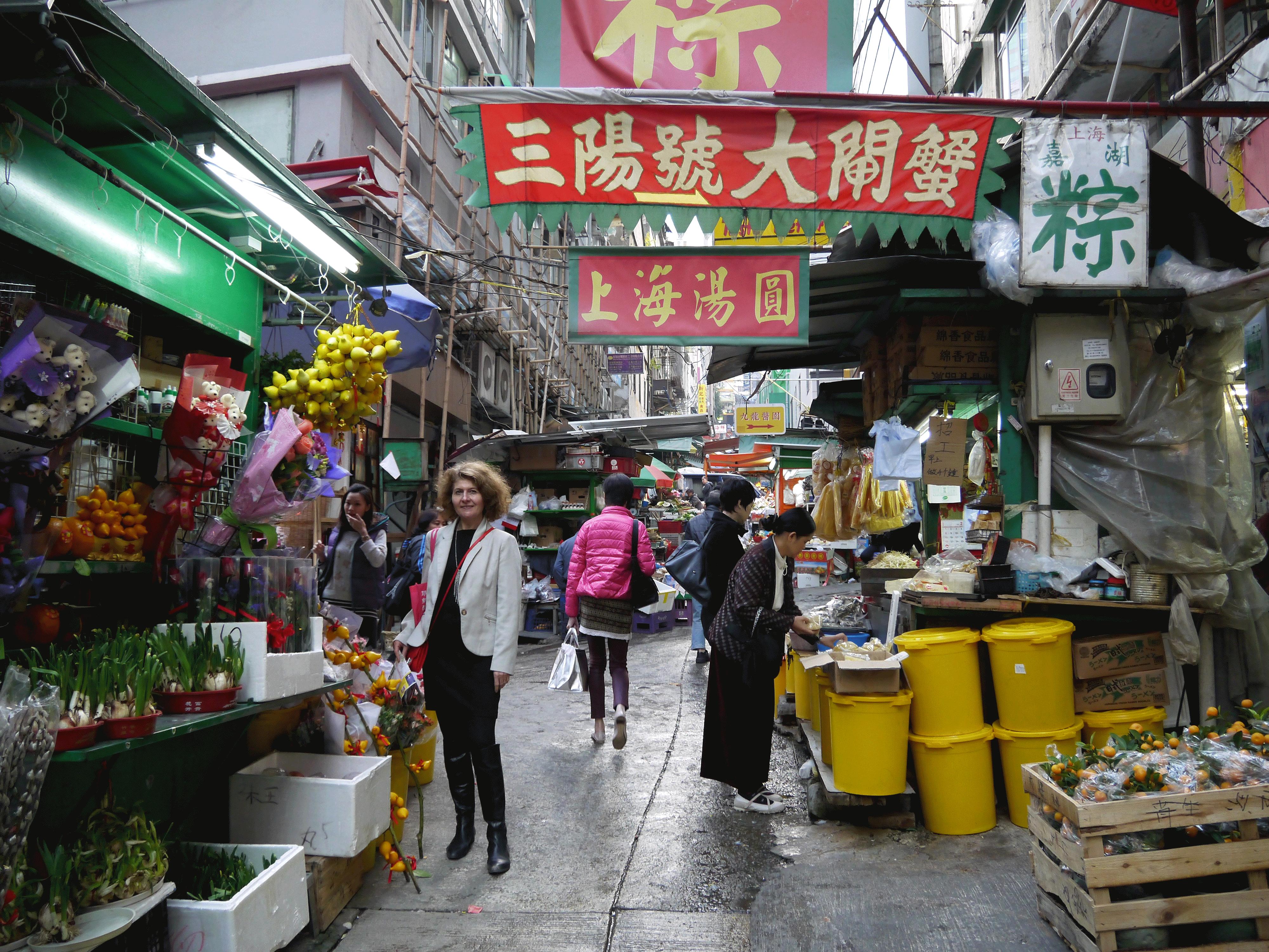 Hong Kong Entre deux grandes artères les petits commerces traditionnels perdurent