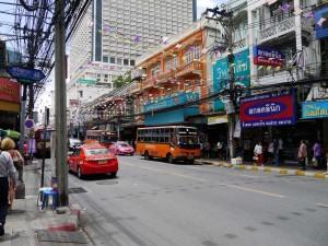 La rue de Bangkok dans un quartier calme