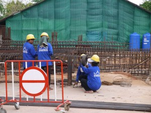 Ici comme à beaucoup d'endroits en Thailande les ouvriers qui travaillent sur le chantier du big Buddha sont des ouvrières